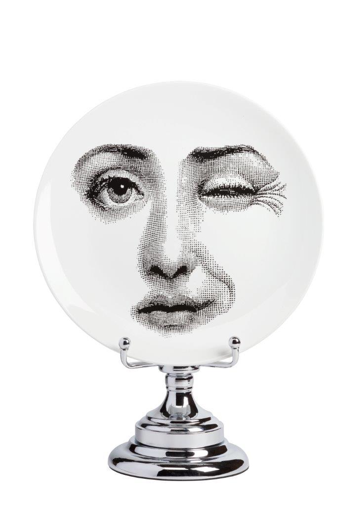 Декоративная тарелка на подставке Пьеро Форназетти Peccato DG-HOMEРазный настольный декор<br>. Бренд - DG-HOME. ширина/диаметр - 410. материал - Фарфор, Металл. цвет - Белый, серый.<br><br>популярные производители: DG-HOME<br>ширина/диаметр: 410<br>материал: Фарфор, Металл<br>цвет: Белый, серый