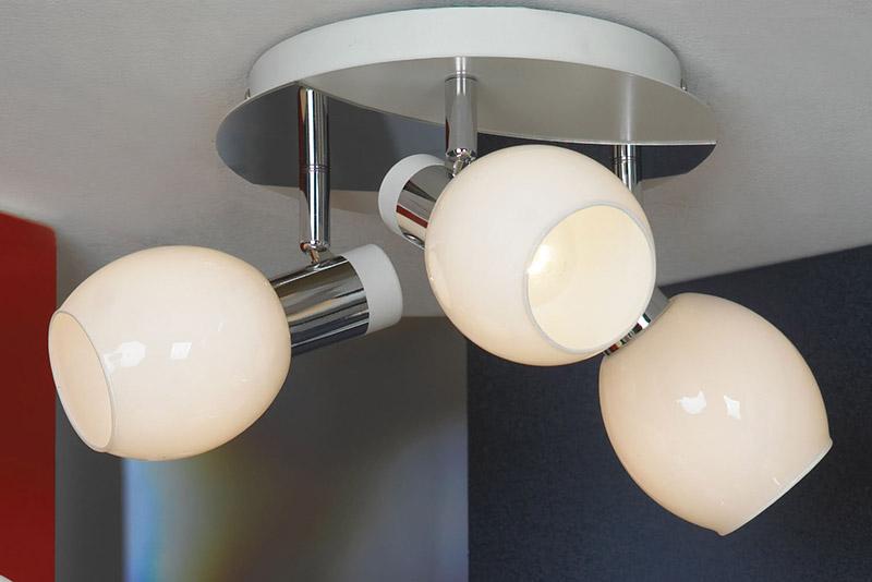 спот LSX-5001-03 LussoleСпоты<br>LSX-5001-03. Бренд - Lussole. материал плафона - стекло. цвет плафона - белый. тип цоколя - E14. тип лампы - накаливания или LED. ширина/диаметр - 340. мощность - 40. количество ламп - 3.<br><br>популярные производители: Lussole<br>материал плафона: стекло<br>цвет плафона: белый<br>тип цоколя: E14<br>тип лампы: накаливания или LED<br>ширина/диаметр: 340<br>максимальная мощность лампочки: 40<br>количество лампочек: 3